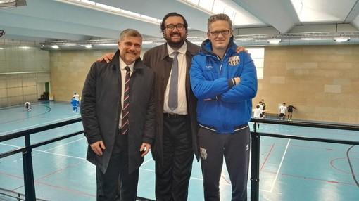 Andrea Montemurro (presidente Divisione Calcio a 5) in mezzo ai presidenti Stefano Radice (Tigullio) e Matteo Fortuna (CDM Futsal Genova)