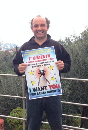 Rino Bosi, organizzatore del cimento a Santa Margherita, con il manifesto dell'evento