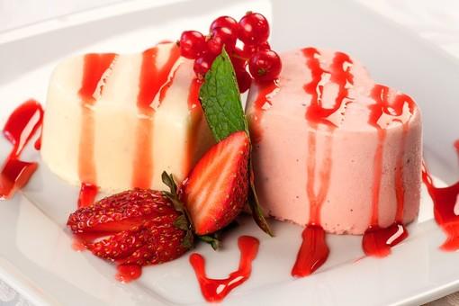 Panna cotta con frutti di bosco e savoiardi, dessert dal successo assicurato